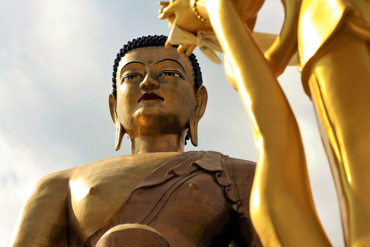 Gigantische Shakyamuni-Buddha-Statue in den Bergen von Bhutan