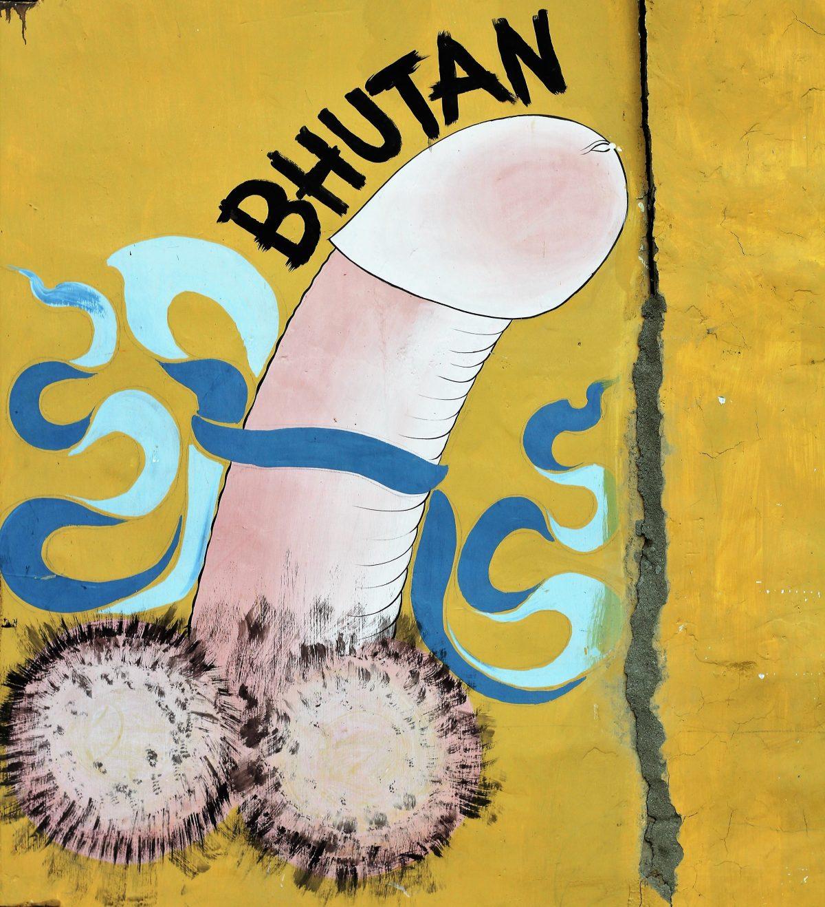 Die verzierten Phallussymbole findet man auf vielen Hauswänden in Bhutan