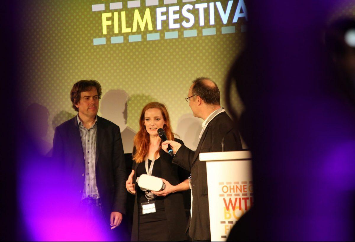 Christiane Wittenbecher stellt das VR-Projekt bei der Eröffnung von FILM OHNE GRENZEN vor.