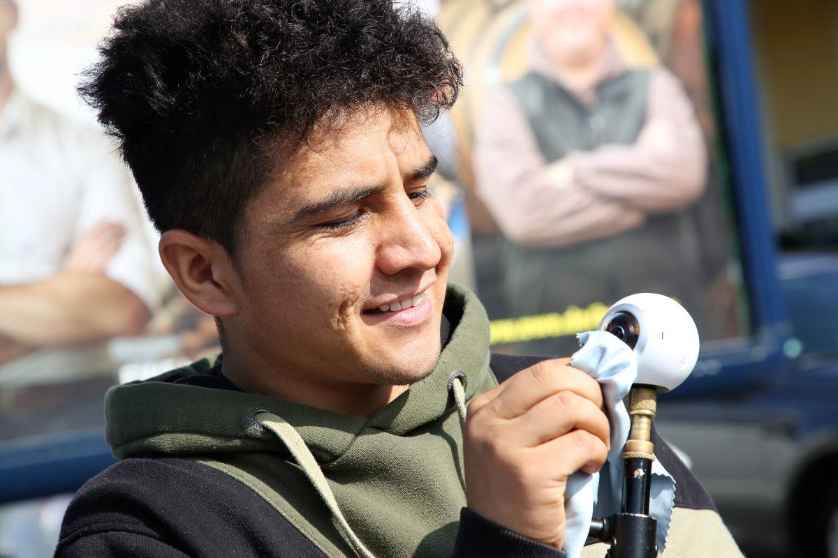 Flüchtling Mustafa aus Afghanistan beim Dreh mit der Samsung Gear