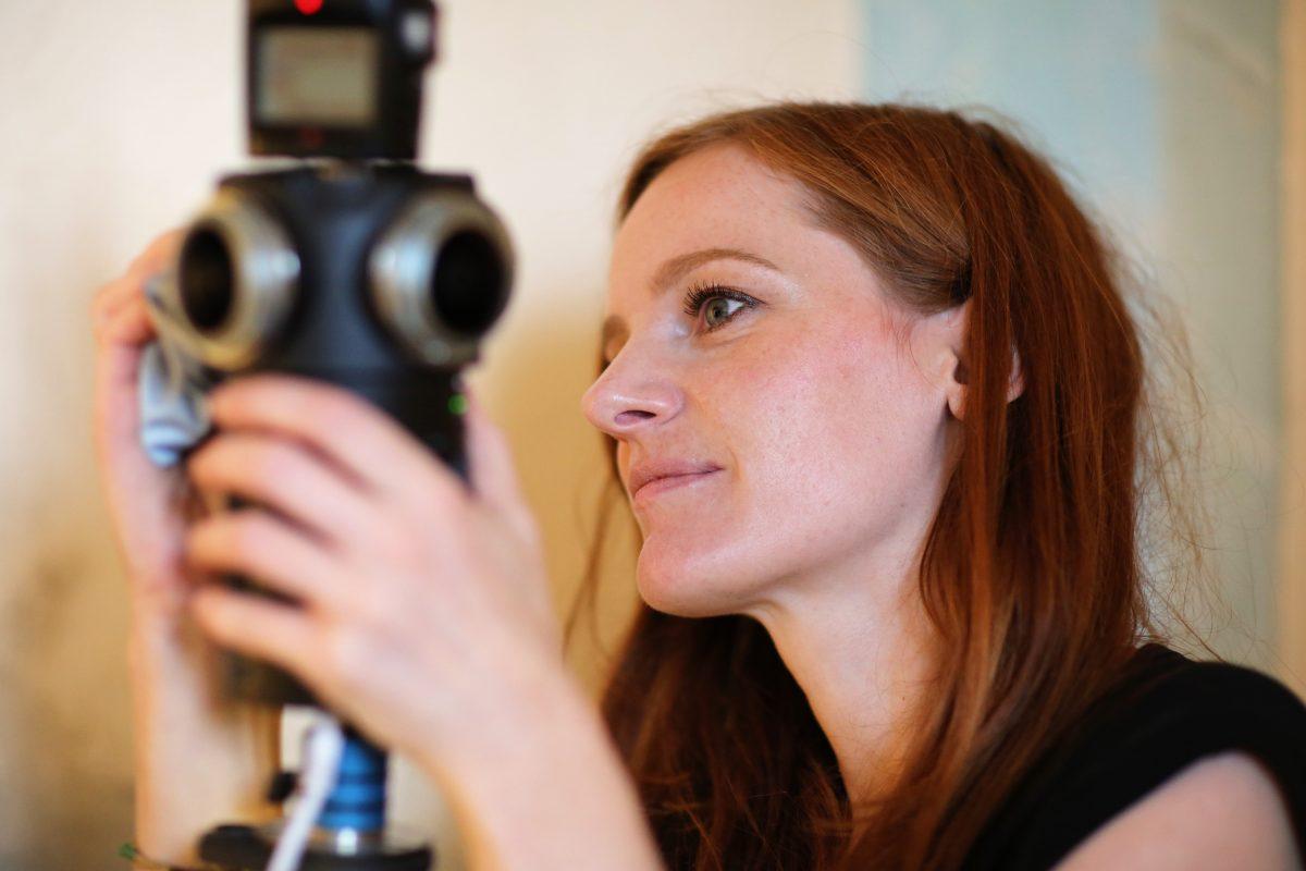 VR-Autorinnen Christiane Wittenbecher bereitet die Kamera vor