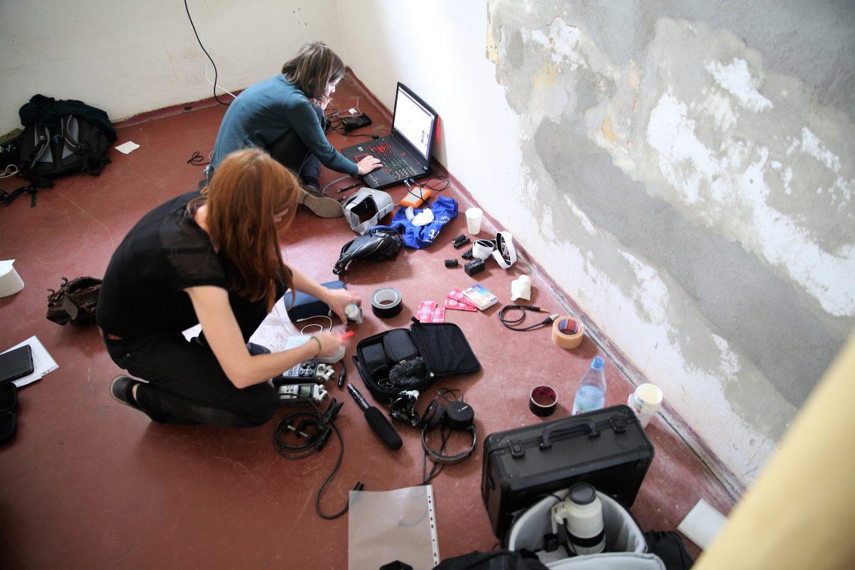 VR-Autorinnen Christiane Wittenbecher und Susanne Dickel im Gefängnis-Büro