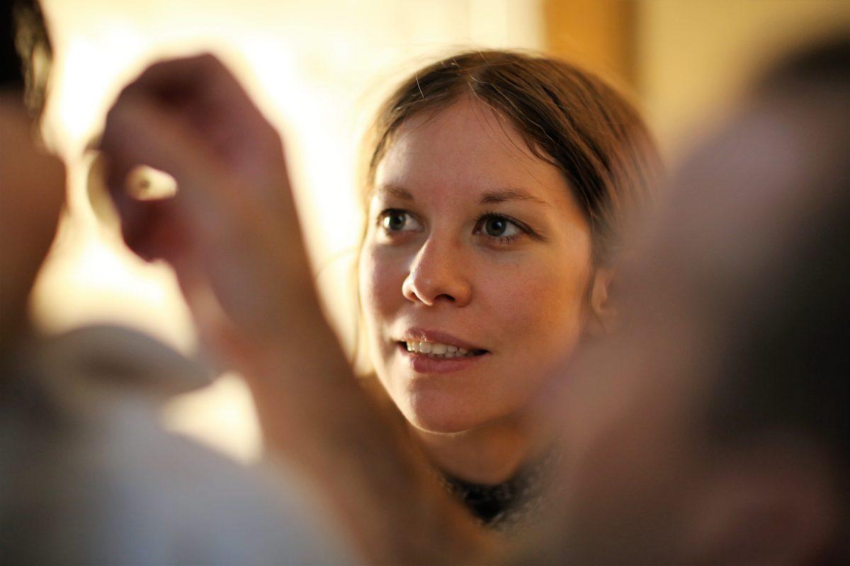 VR-Autorin Susanne Dickel bringt das Mikrofon unsichtbar am Schauspieler an