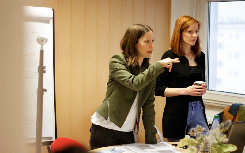 Wie kreiert man ein 360°-Video? IntoVR-Trainerinnen Susanne Dickel (l.) und Christiane Wittenbecher (r.) erklären zunächst die Basics.