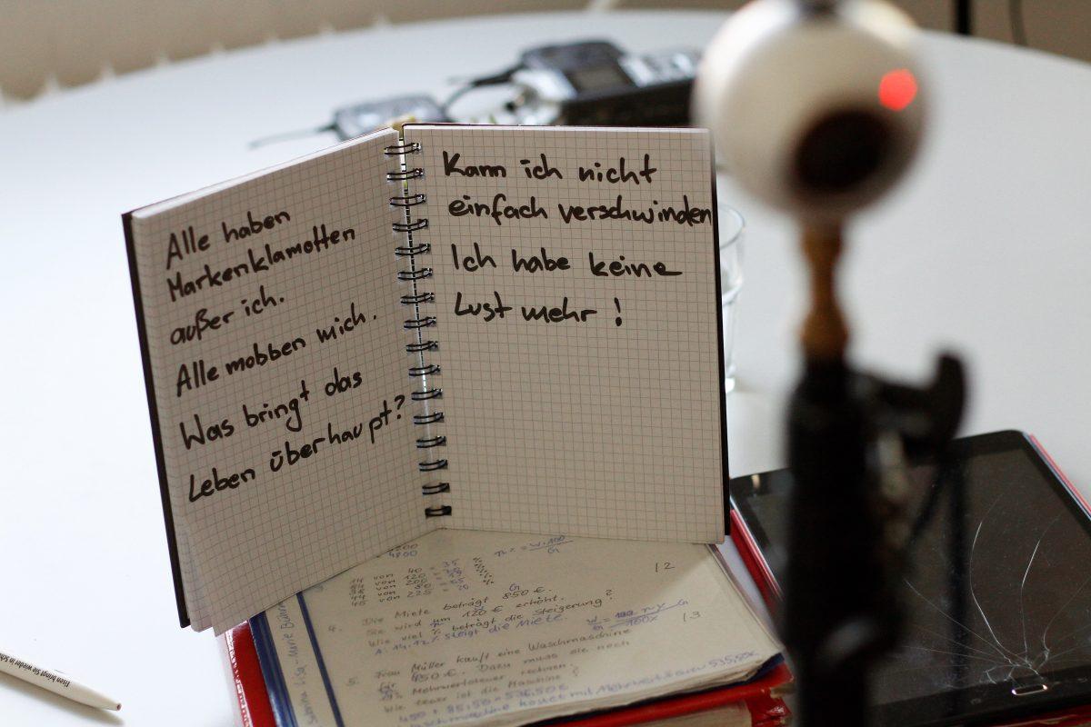 Allein mit dem Tagebuch: Making-Of-Foto aus einer Szene des 360°-Videos über Mobbing
