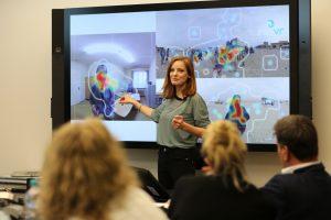 IntoVR-Trainerin Christiane Wittenbecher im VR-Workshop.