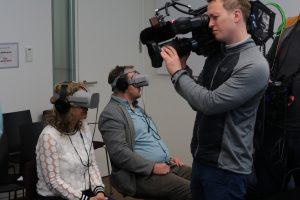 """VR-Kino beim Reporterworkshop 2019 in Hamburg. Beobachtet von einem Kamerateam der """"Reporterfabrik""""."""