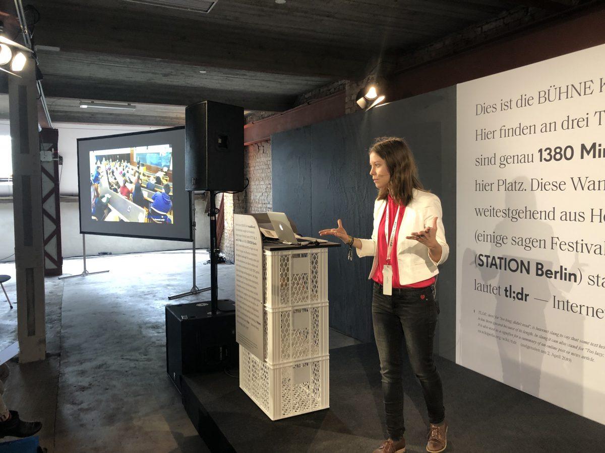 Susanne Dickel erläutert auf der re:publica, wie VR Wissensvermittlung verbessern kann. (Quelle: Michael Ginsburg)