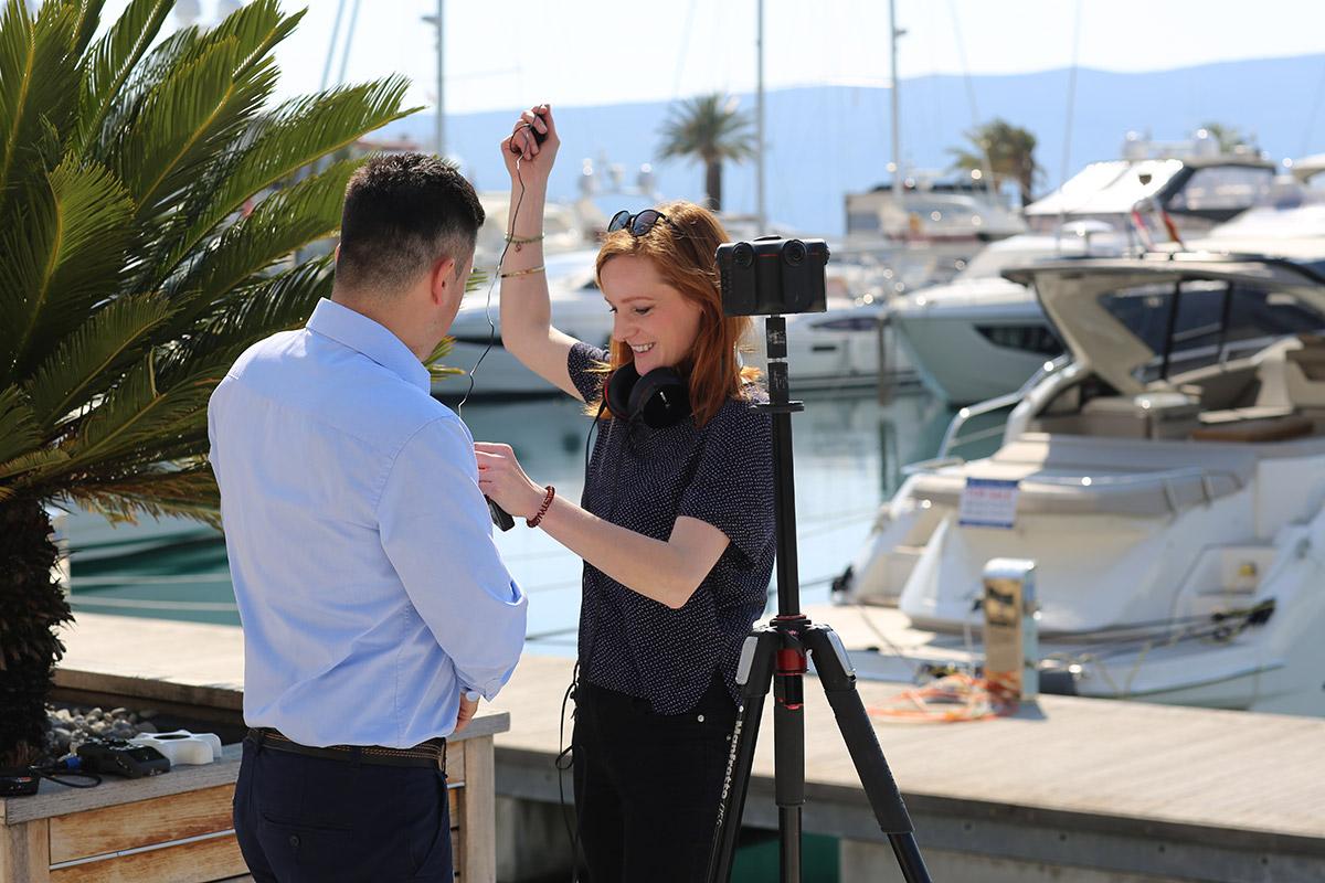 Christiane Wittenbecher mit einem Protagonisten, bevor ein Interview gedreht wird.