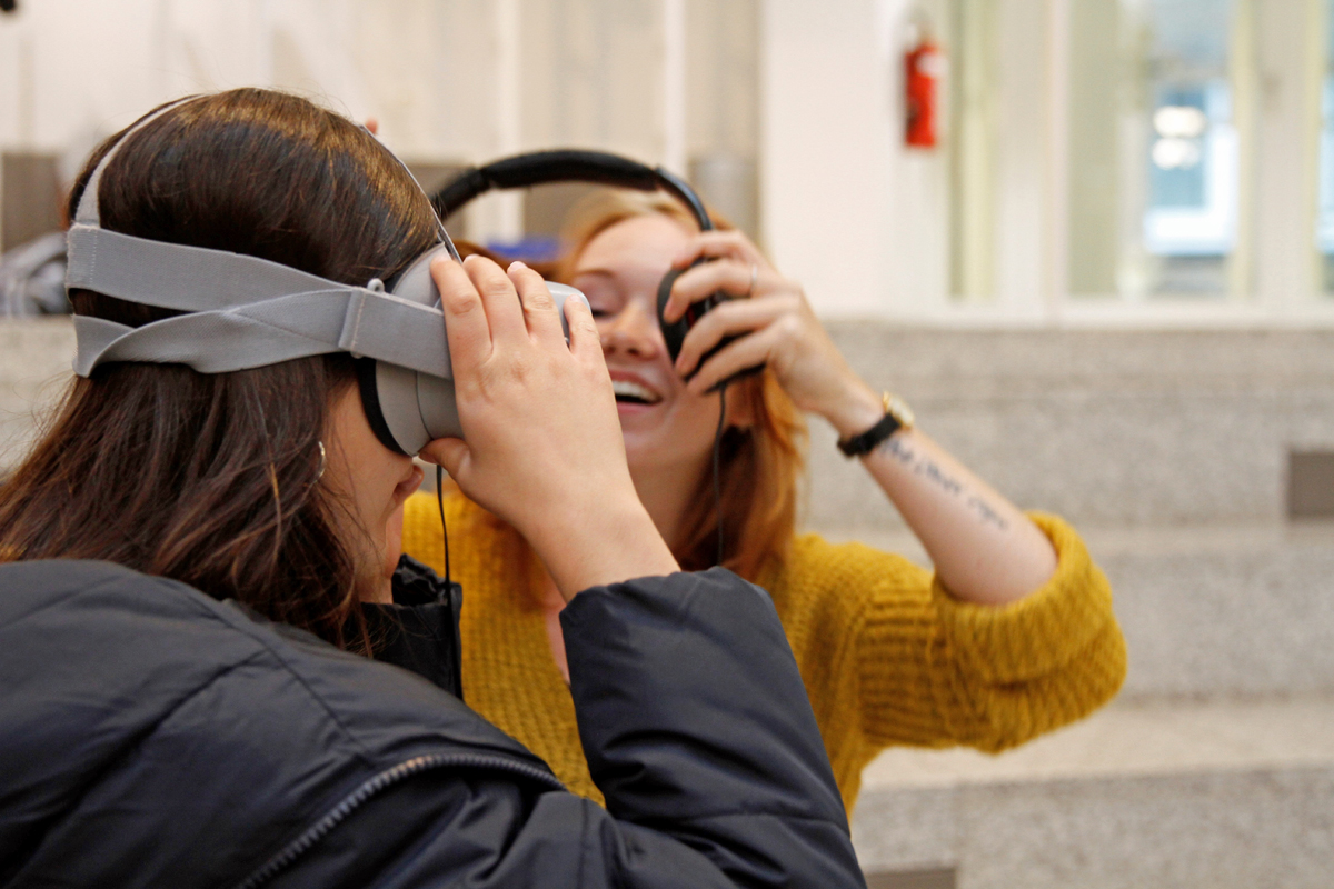 Medien-Akademie 2019_der Friedrich-Ebert-Stiftung: die Teilnehmer präsentieren ihren eigenen Workshop-Film auf VR-Brillen