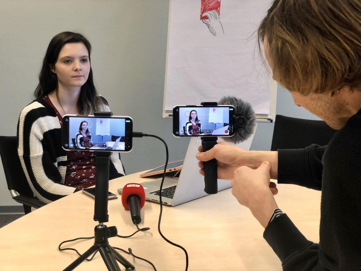 Erste Kamera, zweite Kamera: Smartphone. Längst ist das Handy mehr als nur ergänzend im Einsatz. (Foto: Into VR & Video GmbH)
