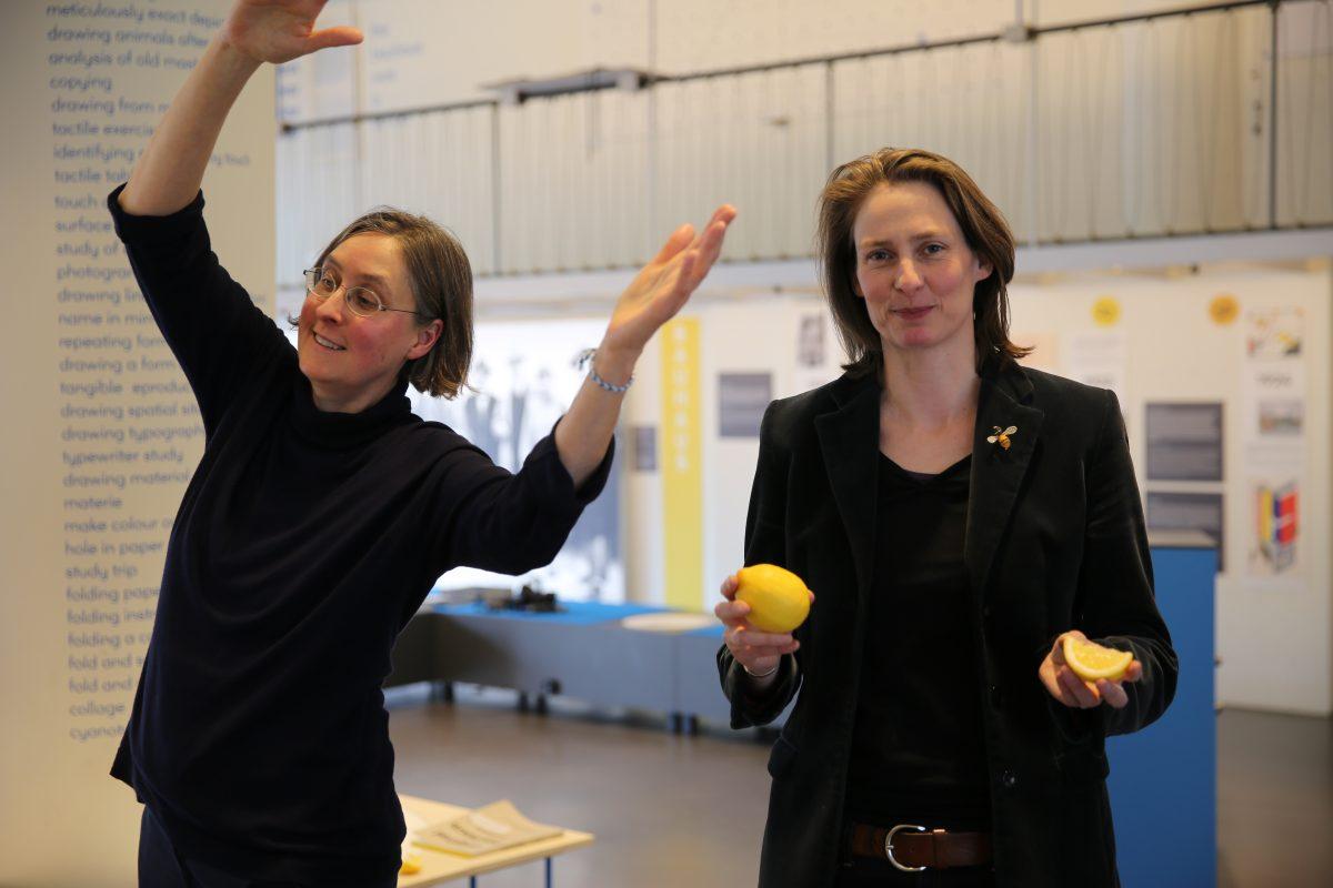 Bewegen, Malen, Schmecken: Die Kuratorinnen der Ausstellung über die Schule des Bauhaus, Friederike Holländer und Nina Wiedemeyer, animieren zum Mitmachen. (Foto: Into VR & Video GmbH)