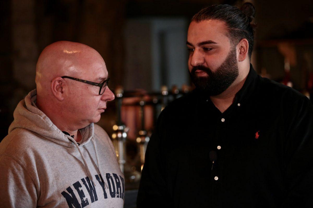 Harald Walter (AfD) stellt sich den Fragen von Shishabar-Besitzer Ertun Kartal. (Foto: Into VR & Video)
