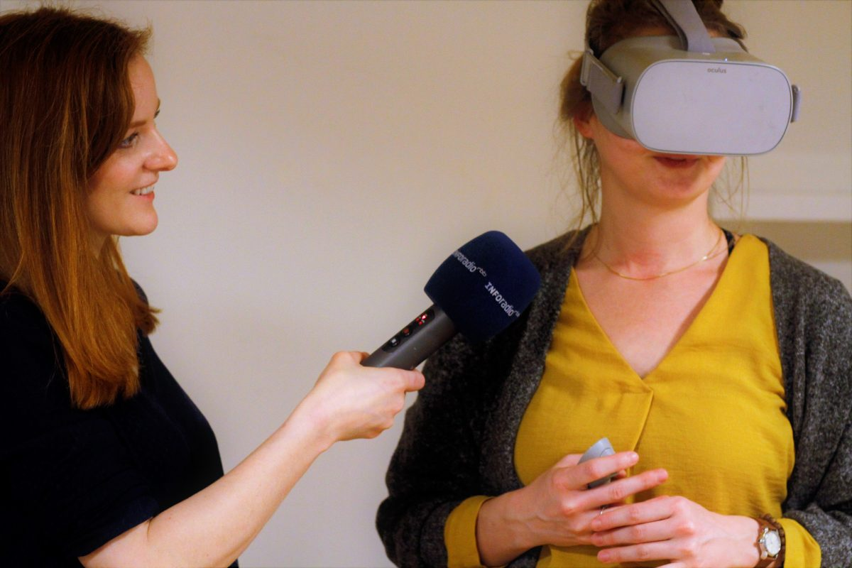 VR-Journalistin Christiane Wittenbecher mit der RBB-Reporterin Birgit Raddatz im Büro der Into VR Video GmbH Foto: Clemens Hirmke).