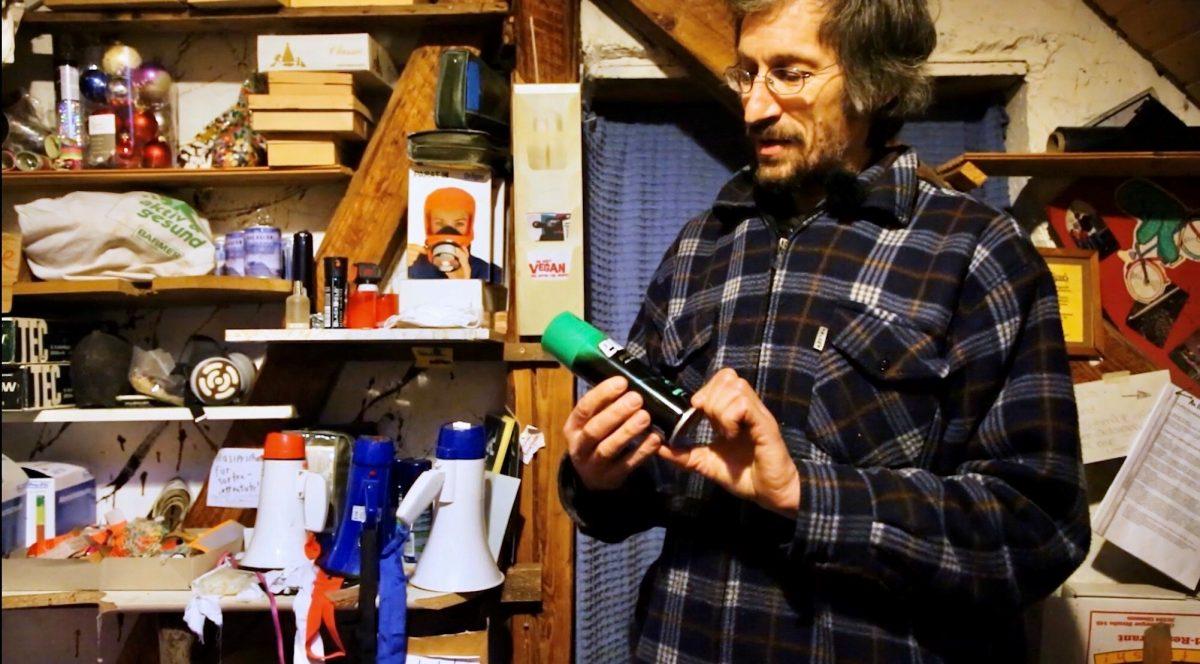 Jörg Bergstedt in seiner Sabotage-Werkstatt