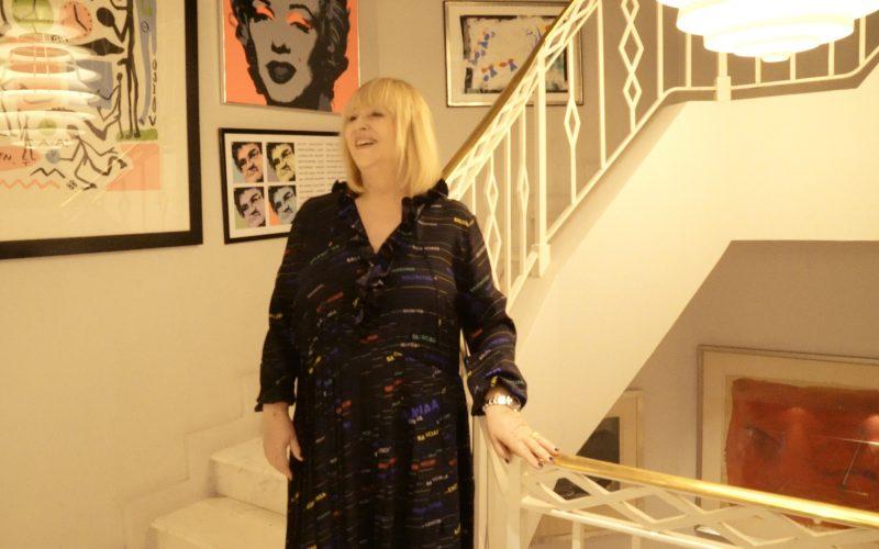 Patricia Riekel gewährt uns (und den Nutzern) einen kleinen Einblick in ihr Heim. (Screenshot: Welt / Into VR & Video GmbH)