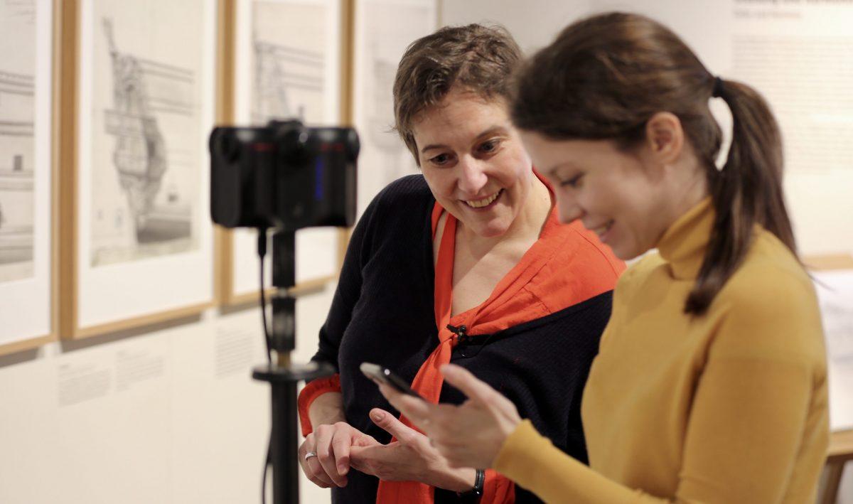 """360°-Dreharbeiten in der Sonderausstellung """"Architectura Navalis"""" . Susanne Höb mit Tiziana Zugaro vom Deutschen Technikmuseum. Foto: Into VR Video GmbH)"""