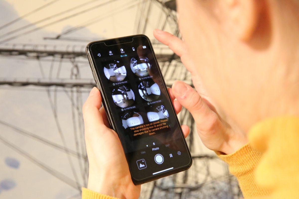 Über Smartphones und Tablets kontrollieren die Macher, was die sechs Linsen der 360°-Kamera aufnehmen. (Foto: Into VR & Video GmbH)