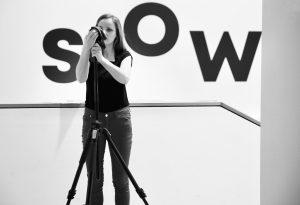 Christiane Wittenbecher im Museum Europäischer Kulturen in Berlin vor dem Aufzeichnen einer Moderation im 360°-Video.