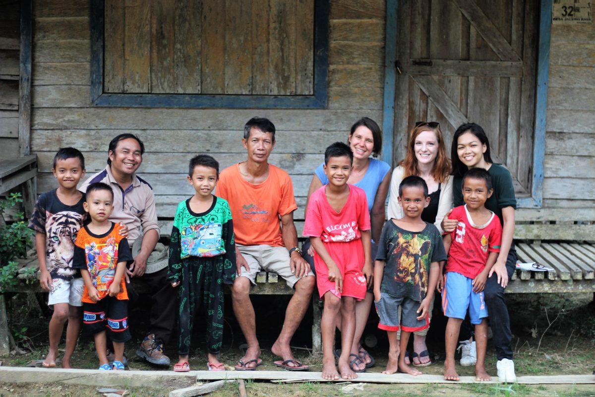 Das Team um Christiane Wittenbecher (Into VR & Video) und Stefanie Kadelbach (Brot für die Welt) und Monalisa (FairVentures) drehen an einer Schule in Malahoi, Kalimantan. Foto: Tri Omega (FairVentures)