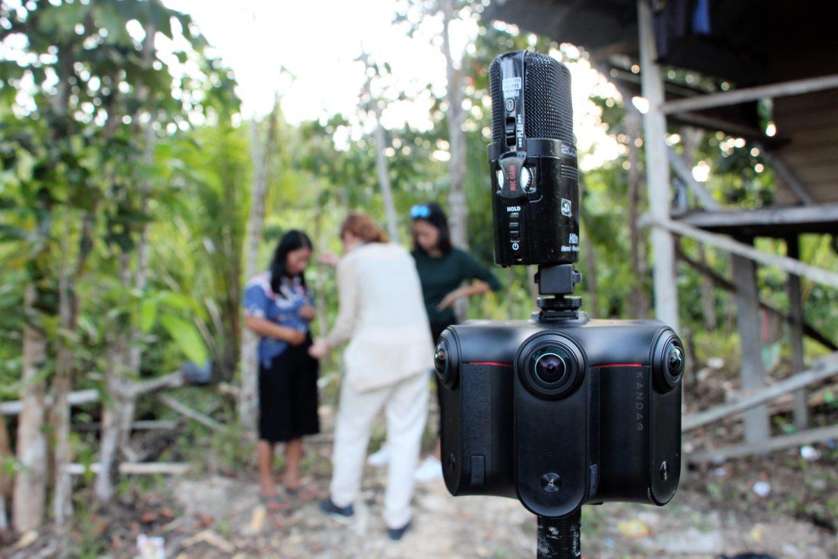 Autorin und Kamerafrau Christiane Wittenbecher (Into VR & Video) und Produzentin Stefanie Kadelbach (Brot für die Welt) vor Ort in Indonesien.