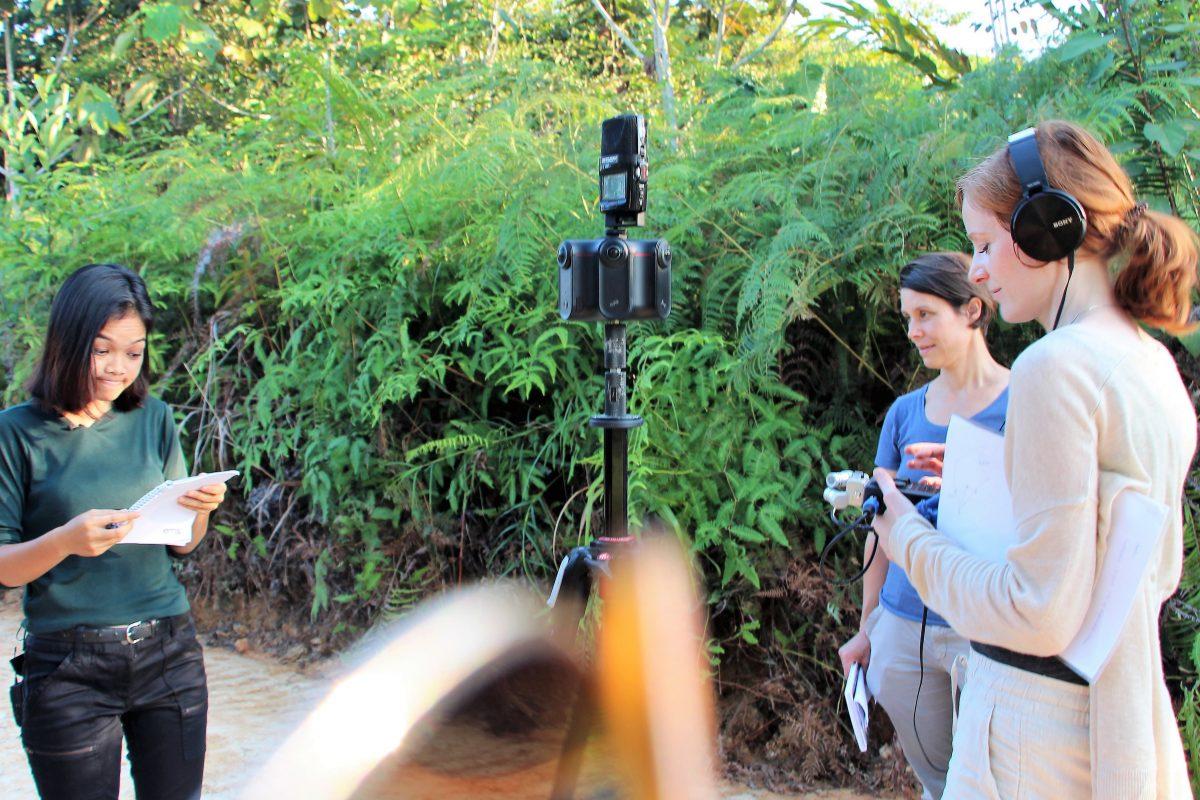 Das Team um Christiane Wittenbecher (Into VR & Video) und Stefanie Kadelbach (Brot für die Welt) besprechen mit Monalisa (FairVentures) den weiteren Drehverlauf. Foto: Tri Omega (FairVentures)