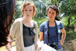 Christiane Wittenbecher (Into VR & Video) und Stefanie Kadelbach (Brot für die Welt) beim Dreh in Indonesien. Foto: Tri Omega (FairVentures)