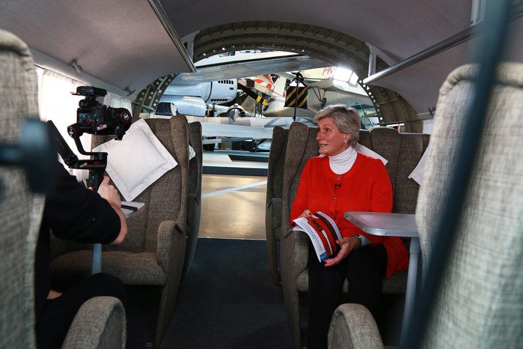 Die Moderatorin des Medienpreis Luft- und Raumfahrt Alexandra Gerlach beim Dreh der Begrüßung. Foto: Clemens Hirmke, Into VR & Video