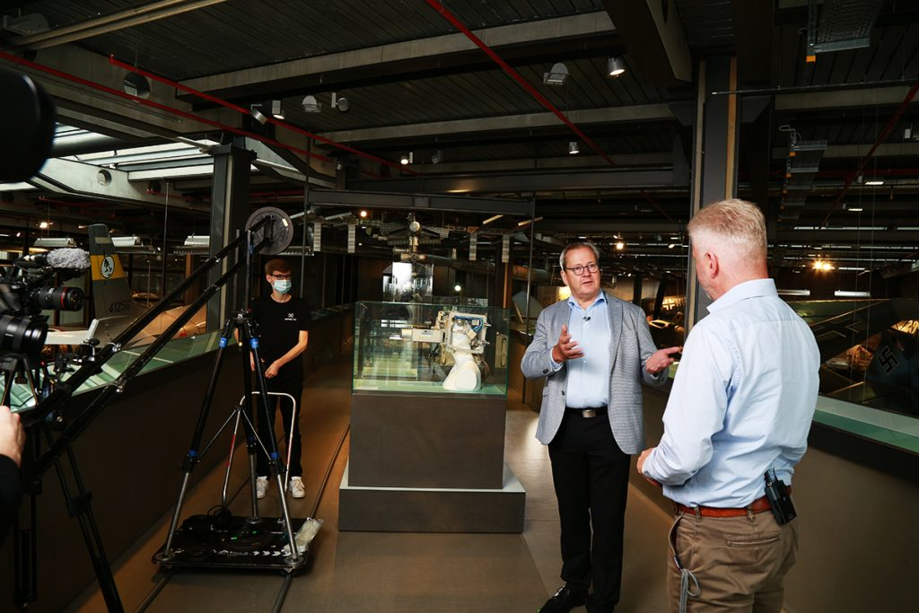 Moderator Volker Thum (links) und der Kurator Heiko Triesch geben den Zuschauern einen kleinen Vorgeschmack auf die Ausstellung.